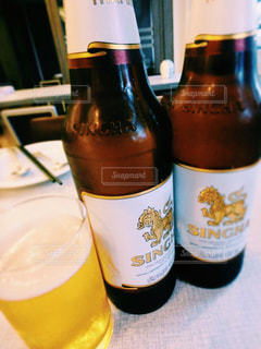 テーブルの上のビール瓶 - No.933413