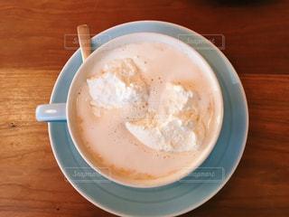 テーブルの上のコーヒー カップの写真・画像素材[933459]