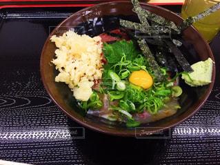 テーブルの上に食べ物のボウルの写真・画像素材[998044]