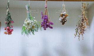 テーブルの上の花の花瓶の写真・画像素材[958566]
