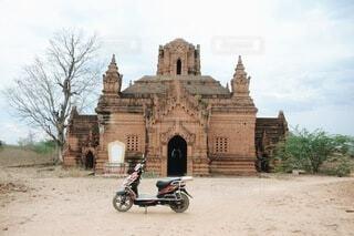 遺跡とバイクの写真・画像素材[3996536]
