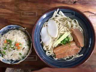 木製のテーブルの上に食べ物のボウルの写真・画像素材[927620]