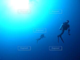 泳ぎながら空気を通って飛んで男の写真・画像素材[927669]