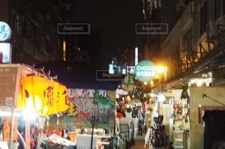 夜の店の前の写真・画像素材[926411]