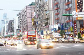 近くに忙しい街の通りのの写真・画像素材[930592]