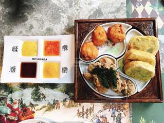テーブルの上に食べ物の束の写真・画像素材[930595]