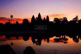 水の体に沈む夕日の写真・画像素材[1021477]
