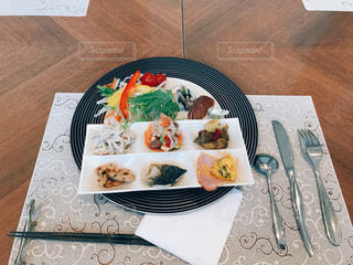 テーブルの上に座って食品のプレートの写真・画像素材[1049849]