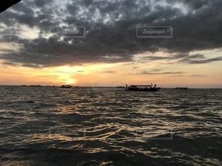 水の体に沈む夕日の写真・画像素材[1270246]