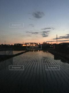 水の体の上を橋を渡る列車の写真・画像素材[1270249]