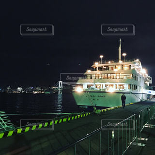 水の中の大型船の写真・画像素材[925910]