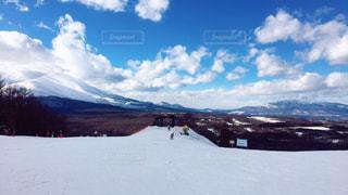 近く雪に覆われた山 - No.959900
