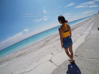 ビーチに立っている人の写真・画像素材[927838]