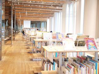 部屋の家具や本の棚でいっぱい - No.737532