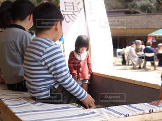 テーブルに座っている小さな子供の写真・画像素材[753609]