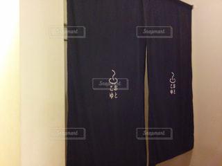 ドアの隣に座って黒い冷蔵庫冷凍庫 - No.753610