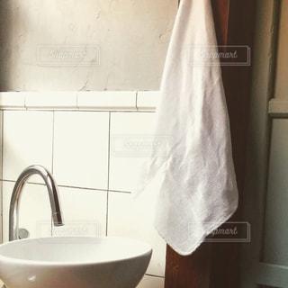 シンクの隣に座っている白い浴槽付きのバスルームの写真・画像素材[757284]
