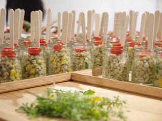 テーブルの上に食べ物の束の写真・画像素材[771118]