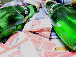 テーブルにプラスチック製のボトルの写真・画像素材[899625]