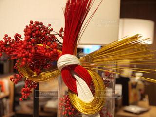 テーブルの上の花の花瓶の写真・画像素材[936896]