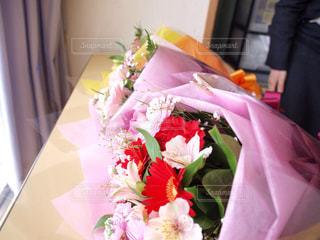 テーブルの上のピンクの花の花束 - No.1091134