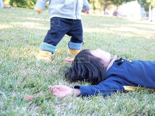 芝生と子ども - No.1174713
