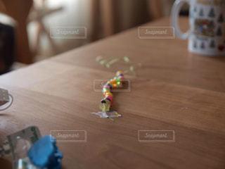 お部屋,リビング,部屋,室内,家,テーブル,ネックレス,おもちゃ,飾り,ビーズ