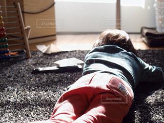 子ども,足,部屋,室内,女の子,寝そべり,ごろごろ