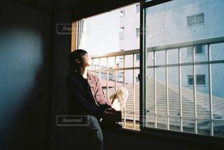 ウィンドウの前に立っている男の写真・画像素材[1232742]