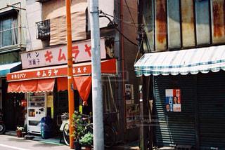 通りの角に店のある建物の写真・画像素材[1233009]