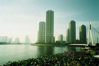 バック グラウンドで市と水の大きな体の写真・画像素材[1233026]