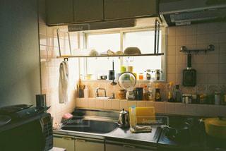 シンクとコンロ付きのキッチンの写真・画像素材[1233245]