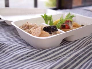 テーブルの上に食べ物のプレートの写真・画像素材[1262854]