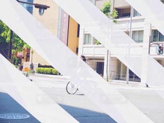 建物の側面をスケート ボードに乗る人の写真・画像素材[1272364]