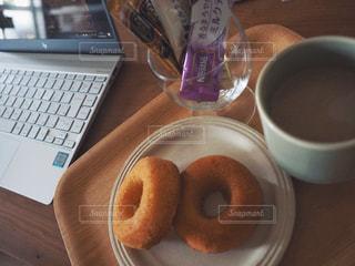 おやつとコーヒーとパソコンの写真・画像素材[1277943]