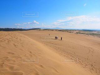 砂浜を歩いている人のグループの写真・画像素材[1328344]