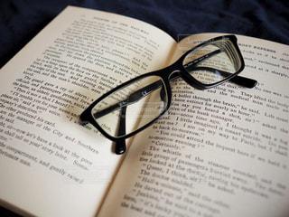 メガネと本の写真・画像素材[1354910]