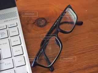 メガネとパソコンの写真・画像素材[1354937]