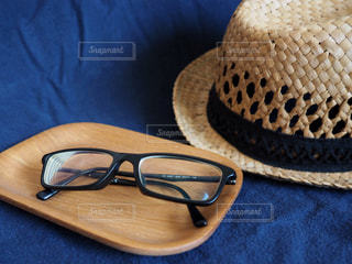 メガネと帽子の写真・画像素材[1354946]