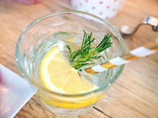 レモン添えオシャレ飲み物の写真・画像素材[1412887]