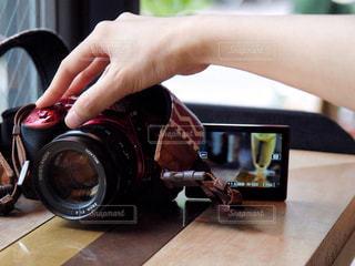 一眼レフでジュースを撮る手の写真・画像素材[1420528]