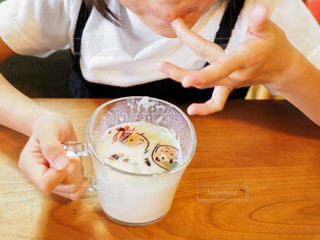 フォトラテを飲む娘の写真・画像素材[1457743]