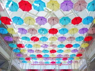 近くにカラフルな傘のアップの写真・画像素材[1537762]