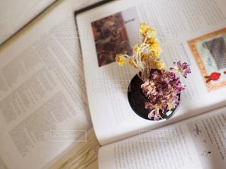 テーブルの上の本の写真・画像素材[1563798]
