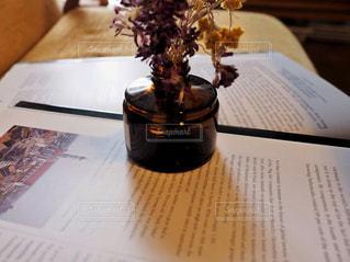 本と花の写真・画像素材[1563802]