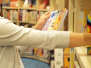 本屋さんで本を選ぶ女の子の写真・画像素材[1564720]