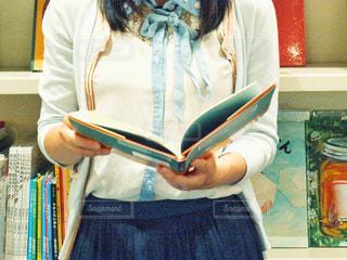 本を持っている人の写真・画像素材[1565417]