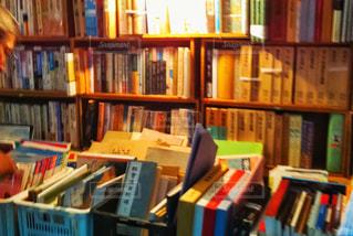 本棚は本でいっぱいの写真・画像素材[1565424]