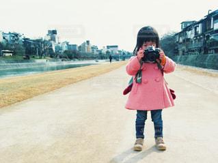 子ども,冬,カメラ女子,京都,ピンク,コート,川,女の子,道,写真,未来,鴨川,一眼レフ,ポジティブ,一眼レフカメラ,可能性