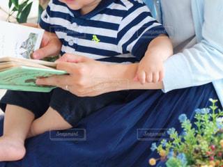 親子で絵本の読み聞かせの写真・画像素材[1629491]